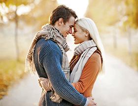 Couple amoureux qui s'enlacent